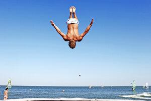Экстремальные прыжки на батуте!