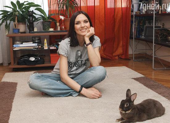 Солистка группы «Блестящие» Надя Ручка любит и умеет готовить. У нее есть блюдо, которое любят все ее друзья — салат «Подсолнух».