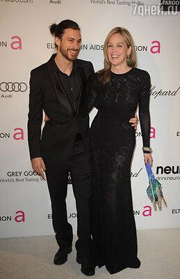 Шарон не стесняясь демонстрирует публике своего нового возлюбленного — 27-летнего манекенщика Мартина Мика. Церемония вручения «Оскара». 2013 г.