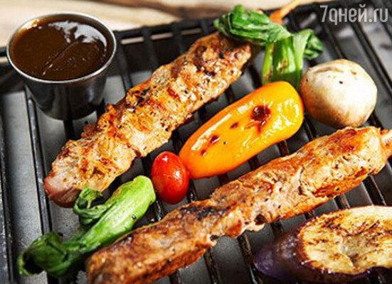 Слово «барбекю» употребляется в нескольких значениях. Прежде всего, это специальное устройство, необходимое для копчения или жарки продуктов. Такое приспособление может использоваться не только для мяса, но и для рыбы и овощей