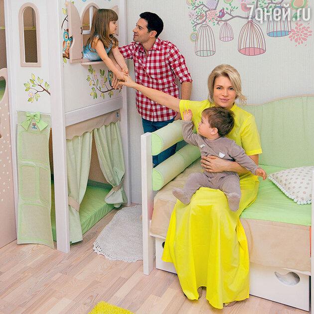 Антон и Виктория Макарские с детьми