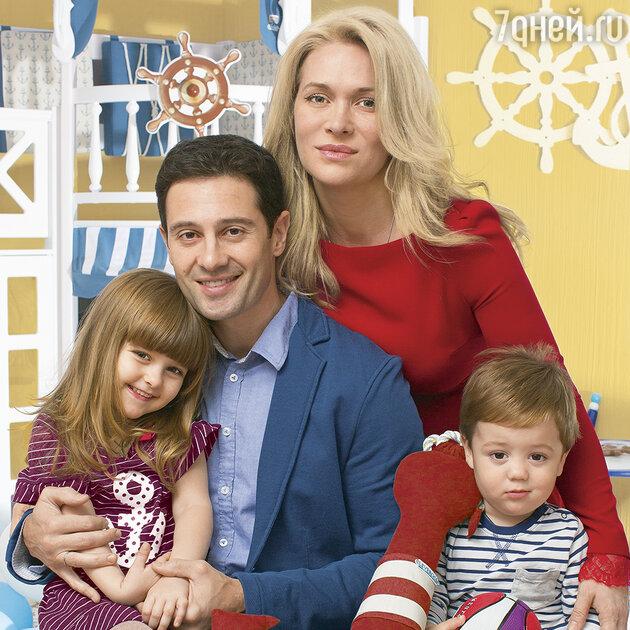 Антон иВиктория Макарские с детьми
