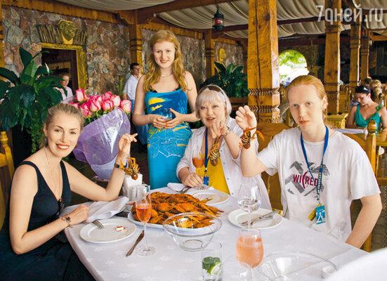 Маша Шукшина с дочерью Аней и Светлана Крючкова с сыном Сашей