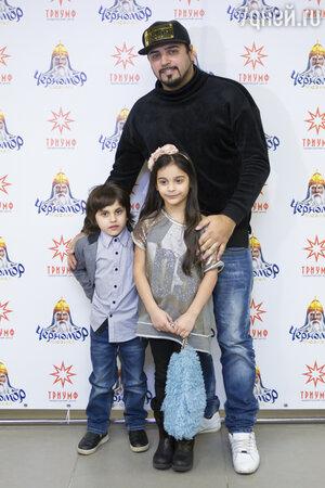Александр Бердников с детьми Миланой и Марселем
