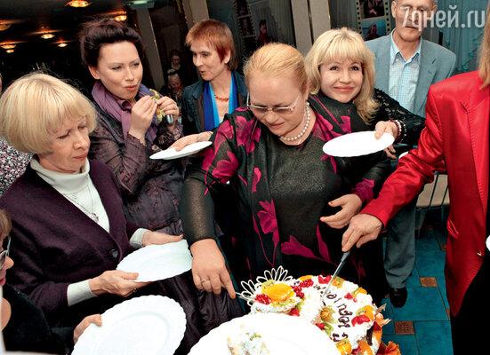 Перед появлением десерта гости хорошенько размялись в хороводе