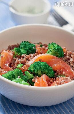 Салат из гречки с семгой и брокколи