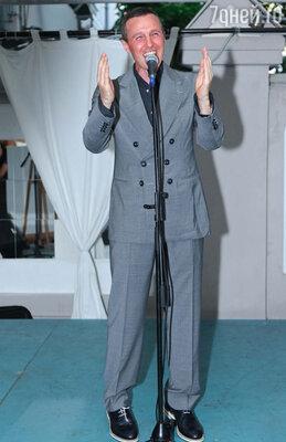 Чтобы немного разогреть гостей перед концертом, на сцену вышел блистательный Игорь Верник