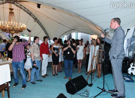 Давайте  мы  нашей дружной компанией поддержим Ивана Дорна, поздравим любимый ресторан и не будем стесняться»,- предложил Игорь Верник со сцены
