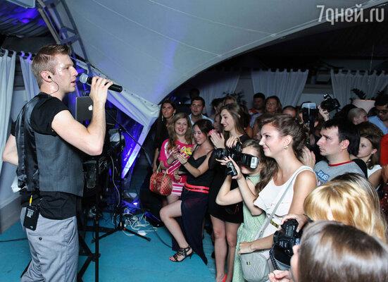 Разгоряченные девушки в летних платьях танцевали на сцене и пели заглавный хит  этого лета от Ивана Дорна  о том, что «не надо стесняться»