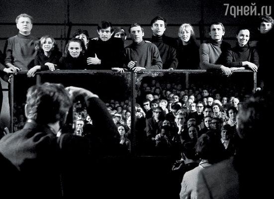 Поэтические спектакли были фирменными для«Таганки»  (сцена изпостановки 1970года «Берегитеваши лица»)