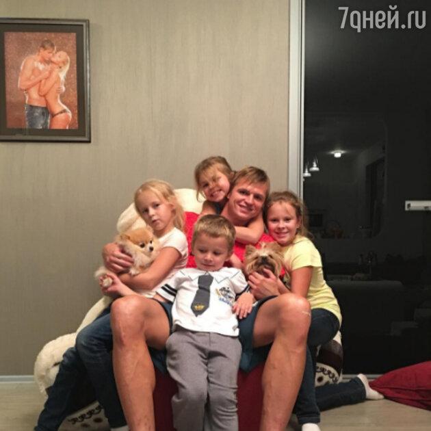 Дмитрий Тарасов с дочкой и её подругами