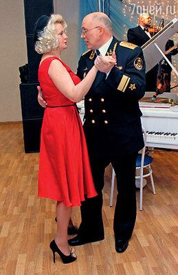 Елена Кондулайнен и временно исполняющий обязанности командующего Северным флотом контр-адмирал Андрей Воложинский