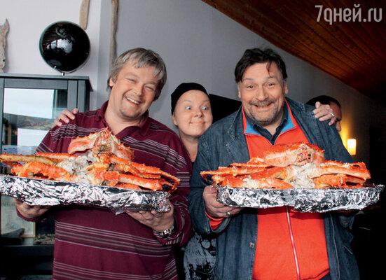 Александр Стриженов, Дмитрий Назаров и его жена Ольга  приглашают к столу отведать крабов, сваренных по местным правилам в морской воде, без добавления специй