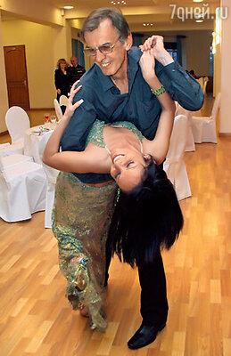 Сурового обычно Георгия Тараторкина сумела увлечь в страстный танец певица Хатуна Романовская