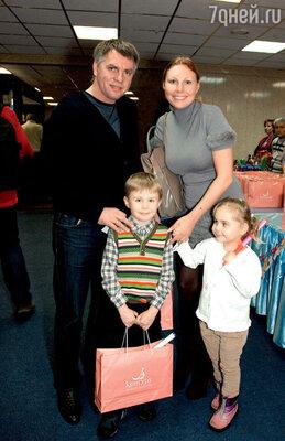 Наталья Бочкарева с мужем Николаем Борисовым, сыном Иваном и дочерью Машей