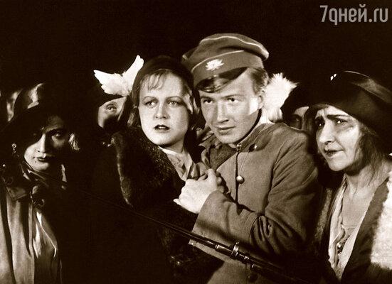 Дебют Алексея Консовского в кино состоялся в 1936 году. Кадр из фильма  «Последняя ночь»