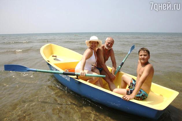 Татьяна Абрамова с сыном Ваней и мужем Юрием Беляевым