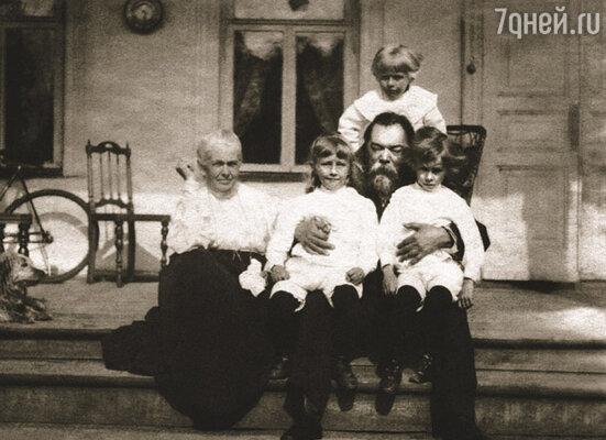 В семье Плевако все сложилось: его родные и приемные дочери нашли себе хороших мужей и подарили им с Марией Андреевной внуков...