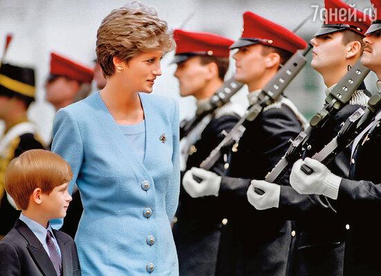 Гарри очень рано осознал, вернее почувствовал, что отец не любит маму и она страдает (с принцессой Дианой)