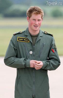 «Вы счастливы, что в полном порядке вернулись из Афганистана в Лондон?» — приставали журналисты. Нет, и вскоре он опять планирует отправиться на военную базу — там по крайней мере Гарри понимает, в чем смысл его жизни