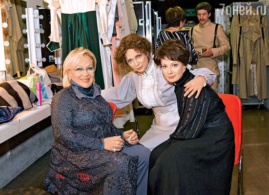 С Галиной Волчек и Ольгой Дроздовой перед спектаклем «Три сестры» в театре «Современник». 2008 г.