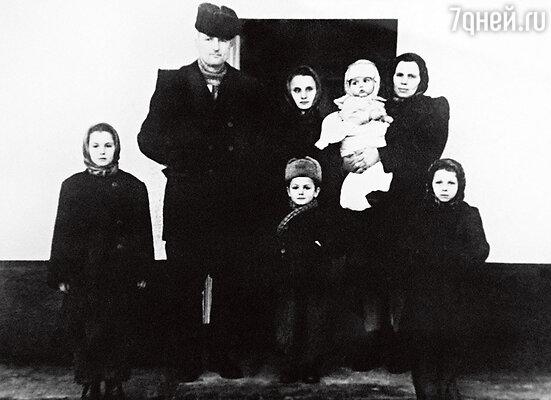 Семья Ротару почти в полном составе. Нет только Аурики, она еще не родилась. София — слева