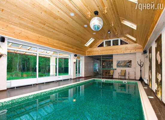 В бассейне с живописным видом на пруд начинается каждое утро Эдуарда Николаевича
