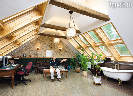 Кабинет есть и в гостевом крыле дома, причем с ванной, в которой Эдуард Николаевич любит почитать какую-нибудь хорошую книжку