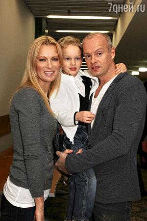Олеся Судзиловская с мужем Сергеем Дзебанем и сыном Артемом