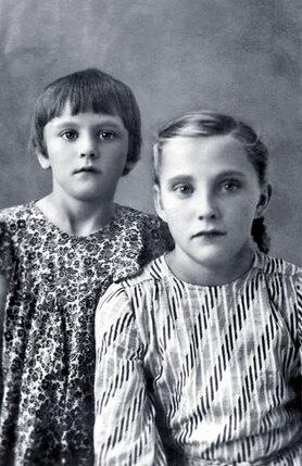 Жили мы скромно. Я донашивала одежду, которую «перерастали» мои сестры. Со старшей сестрой Лидой