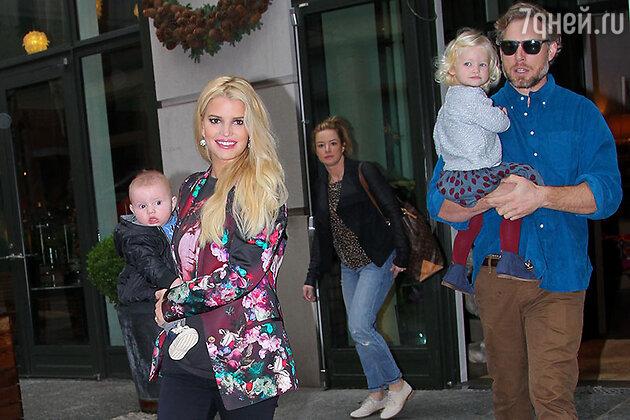 Джессика Симпсон и Эрик Джонсон с детьми