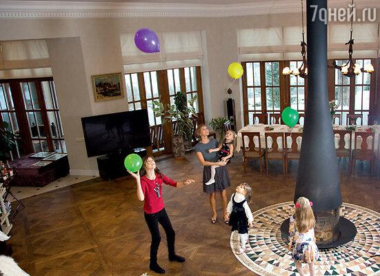Пока Антон готовит праздничный обед, дети играют под присмотром его жены Анжелы