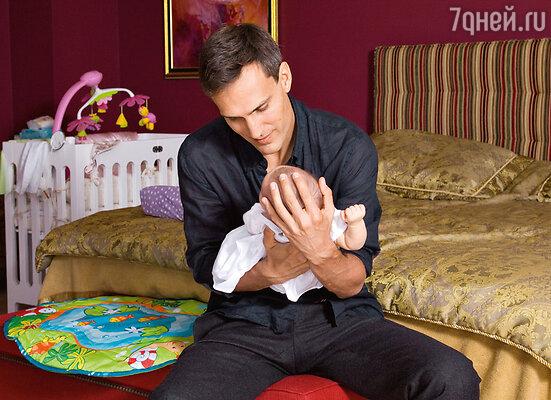 «Миша посвящает дочке все свободное время. Покормить Клаву, искупать ее— все это доставляет ему радость»