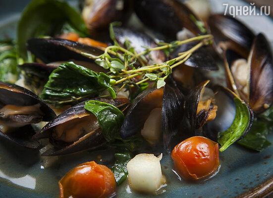 Мидии, тушеные со шпинатом, томатами черри и луком пореем