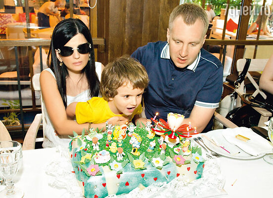 Диана Гурцкая, ее муж Петр Кучеренко и сын Костя
