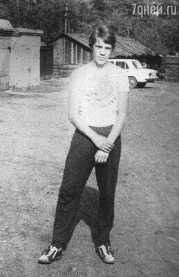 «В маленьких городках выбор невелик: либо со шпаной поулице мотаться, либоспортом заниматься. Я был спортсменом». Прокопьевск, 1980 г.