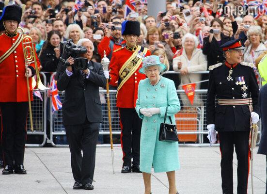 Елизавета II на площади в Ноттингеме