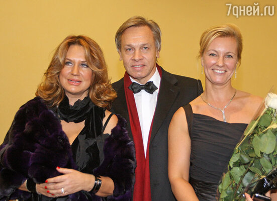 Алексей Пушков с супругой и президент фонда «Балы-Ассамблеи» Елена Люкшинова (справа)