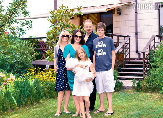 У своего загородного дома под Ялтой с сыном Русланом, невесткой Светланой, внуками Анатолием и Софией, а также любимцем семьи Джимми