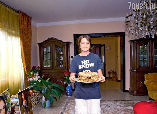 Анатолий с приготовленным бабушкой тортом «Черный принц»