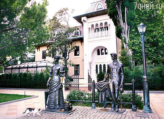 «Вилла София» — гордость Ротару. На переднем плане — памятник героям рассказа Чехова «Дама с собачкой»
