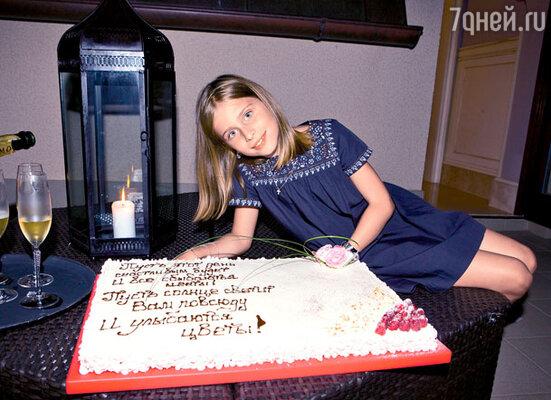 Соня с праздничным тортом