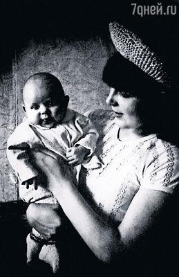 В моем свидетельстве о рождении в графе «отец» мама записала: «Александр Сергеевич»  (в честь Пушкина). Она у меня такая хохмачка!
