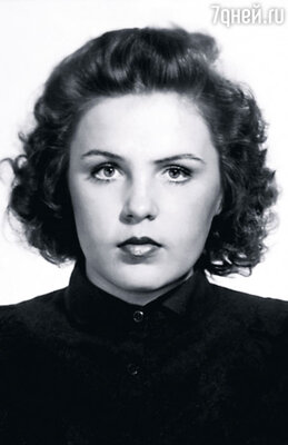 Когда мама шла по улице, мужчины смотрели  ей вслед. Она была молодая, красивая, крутая,  но свободу всегда любила больше, чем мужчин