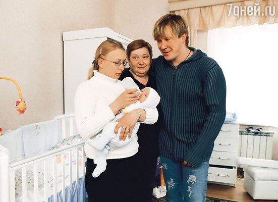 Алексей с мамой Любовью Николаевной, с бывшей женой Алисой и младшим сыном Матвеем. 2005 г.