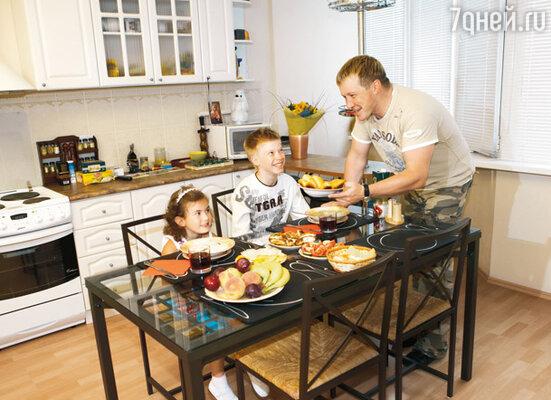 Со своим старшим сыном Алексеем, который раньше часто бывал в гостях у отца, а теперь не появляется совсем, и с Надиной дочкой Ксюшей. 2006 г.
