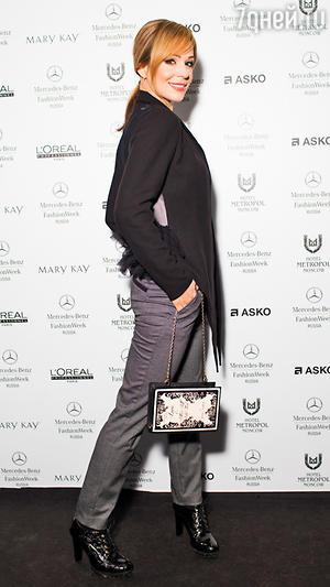 Ирина Медведева в пиджаке от Pas du Tour, блузка от Michael Kors, брюки от Express, туфли от Pierre Cardin, клатч от Betsey Johnson
