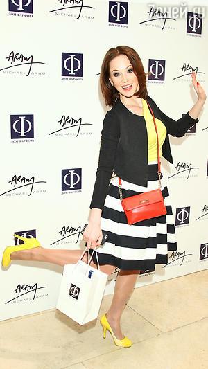 Ирина Медведева в блузке от Escada, юбке от Mayskaya Roza,пиджаке от Le vent d'est, сумка от Calvin Klein, туфли от Dolсe & Gabanna
