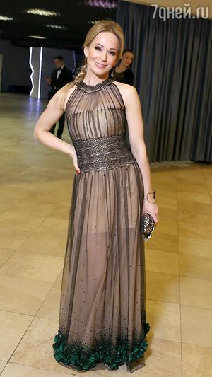 Ирина Медведева в платье от Vemina, туфли от Guess, клатч от Jessica McClintock