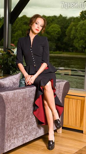 Ирина Медведева в черном костюме от Alina German